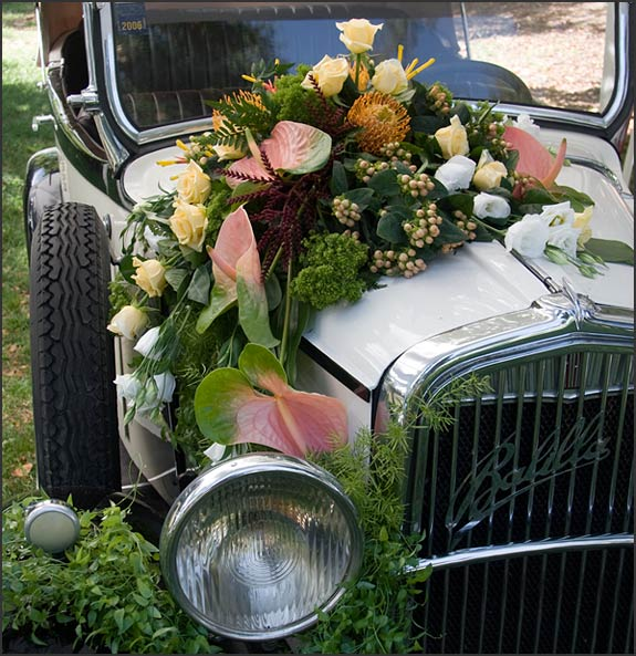 Wedding-vintage-car-floral-arrangements