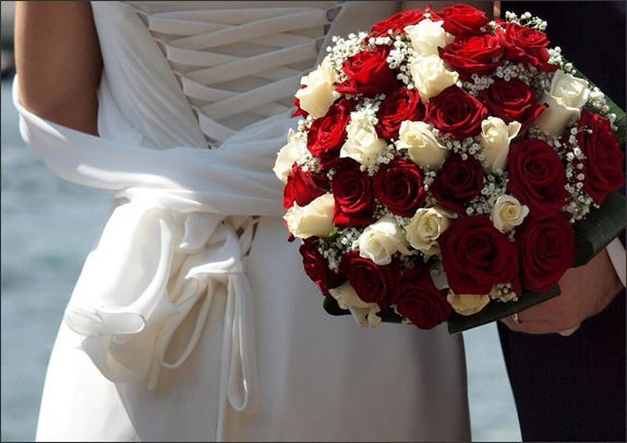 bridal-bouquet-red-white-roses