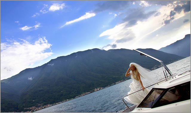 bride-arrival-on-boat-in-villa-Balbianello