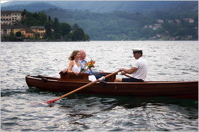 bride-boat-arrival-lake-orta