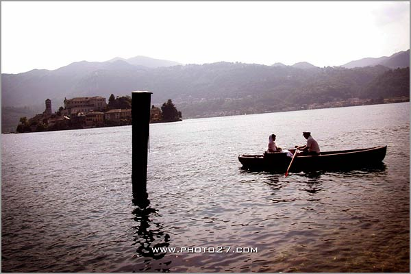 bride-arrive-with-a-rowing-boat-on-Lake-Orta