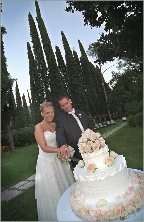 Gardone-Riviera-wedding-cake-and-Tuscany-landscape