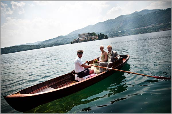 bride-groom-arrival-rowing-boat-Lake-Orta