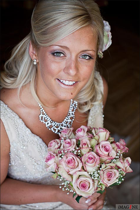 pink roses bridal bouquet in Villa del Balbianello