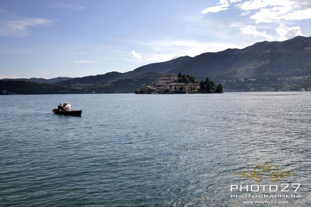 The bride arrived by boat on Lake Orta