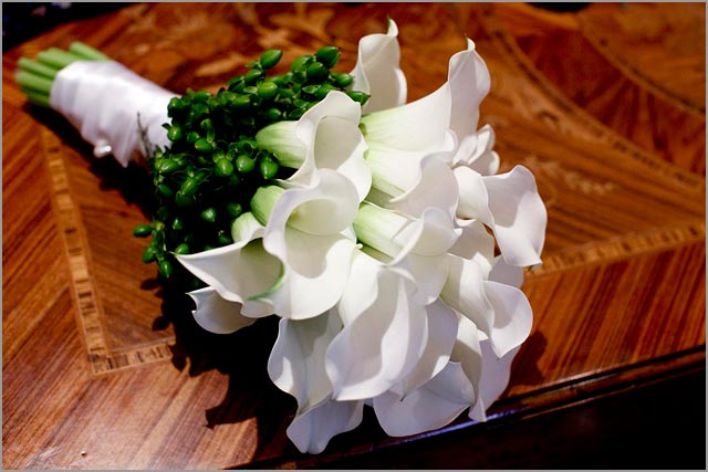 white lily Calla bridal bouquet at Villa del Balbianello