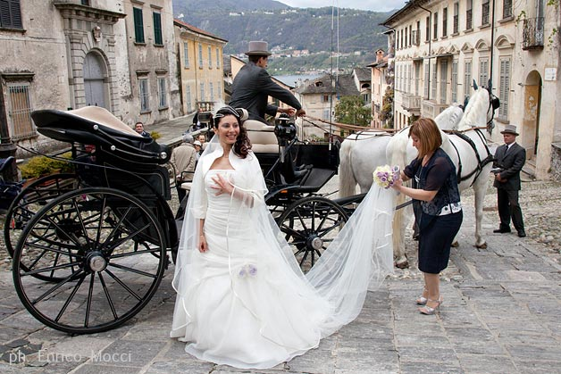 carriage-with-white-horses-wedding-in-italy