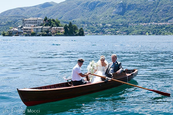 arrival at Villa Bossi by rowing boat
