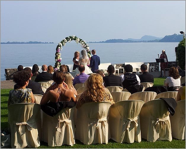 outdoor-wedding-ceremony-in-Gardone-Riviera