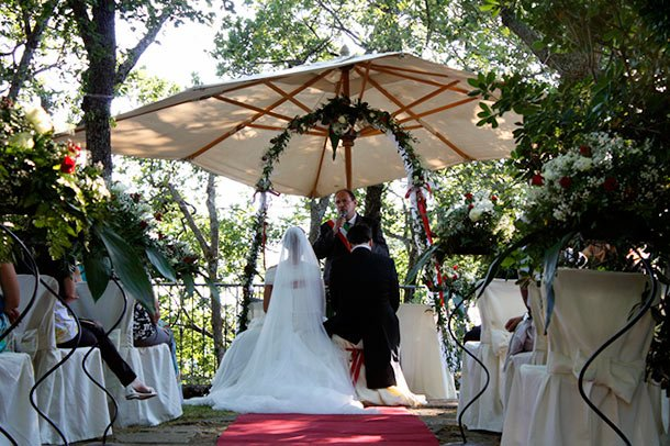 outdoor wedding ceremony on Lake Albano Rome