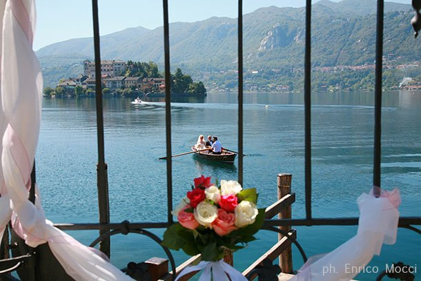bride-arrival-at-Villa-Bossi-lake-Orta