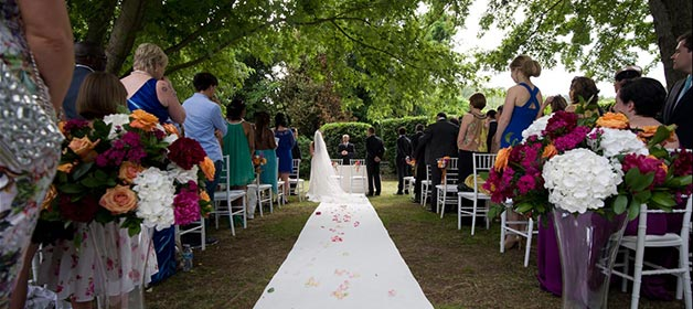 Orange and fuchsia wedding at Scuderie Odescalchi in Bracciano