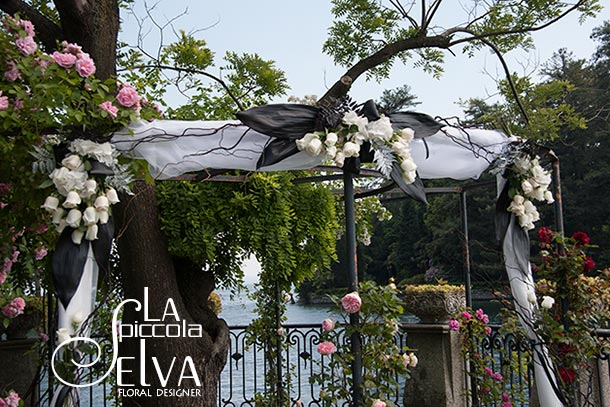 Lucy and Matt's wedding - June 2013 A little detail of the gazebo arrangement for Lucy and Matt's black and white themed wedding at Villa Rusconi Photo courtesy by La Piccola Selva
