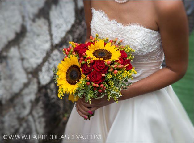 Sunflowers and red roses bridal bouquet by La Piccola Selva florist in Villa Rusconi